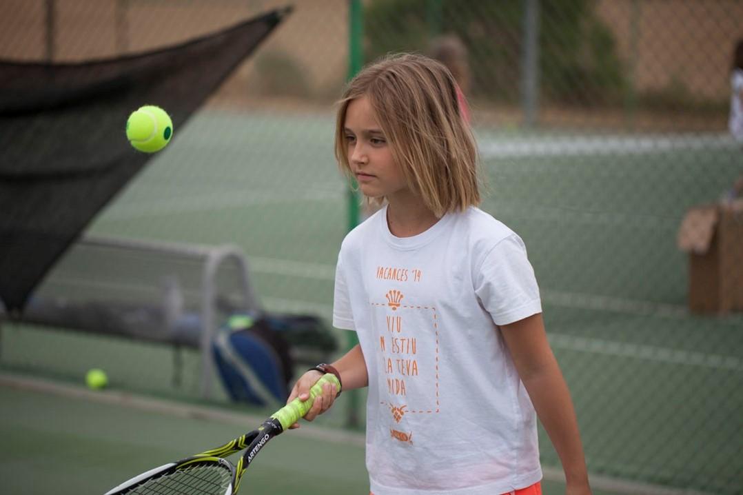 Campamentos de verano en inglés en España tenis padel