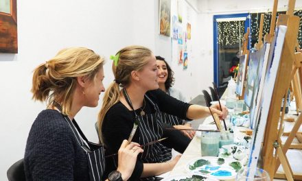 Aprende dibujo y pintura con vino y risas en Barcelona